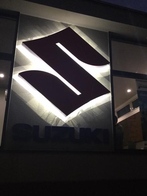 スズキの店舗のSマーク